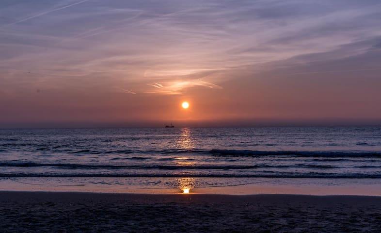 Callantsoog bij avond (tip: genieten van mooi uitzicht vanuit een strandtent met kopje koffie/thee/drankje)