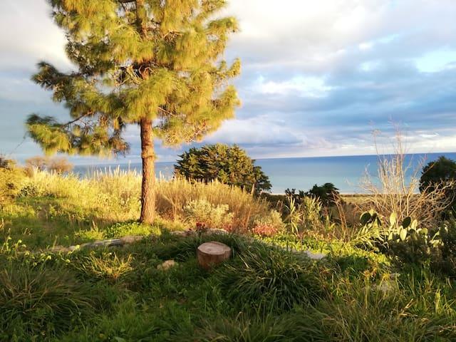 Maison sur colline vue sur mer panoramique