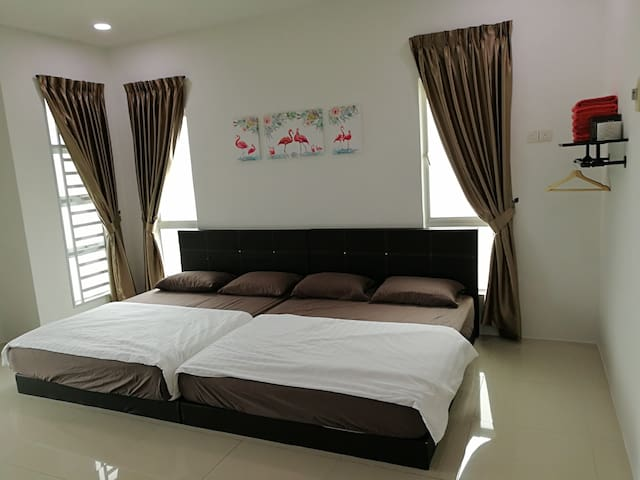 Master Room had 3 Queen bed PIC 1