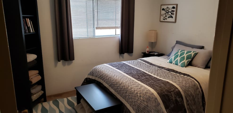Private, comfy queen bed in quiet townhouse