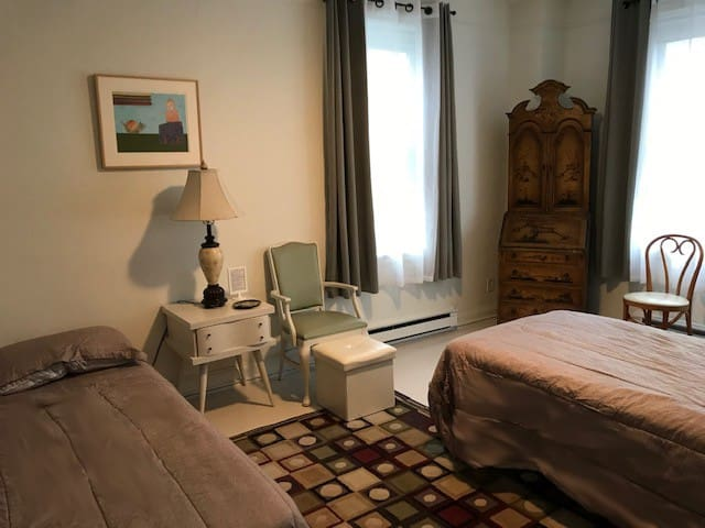 Mount Airy rm;  private bath; 2 min. walk to train