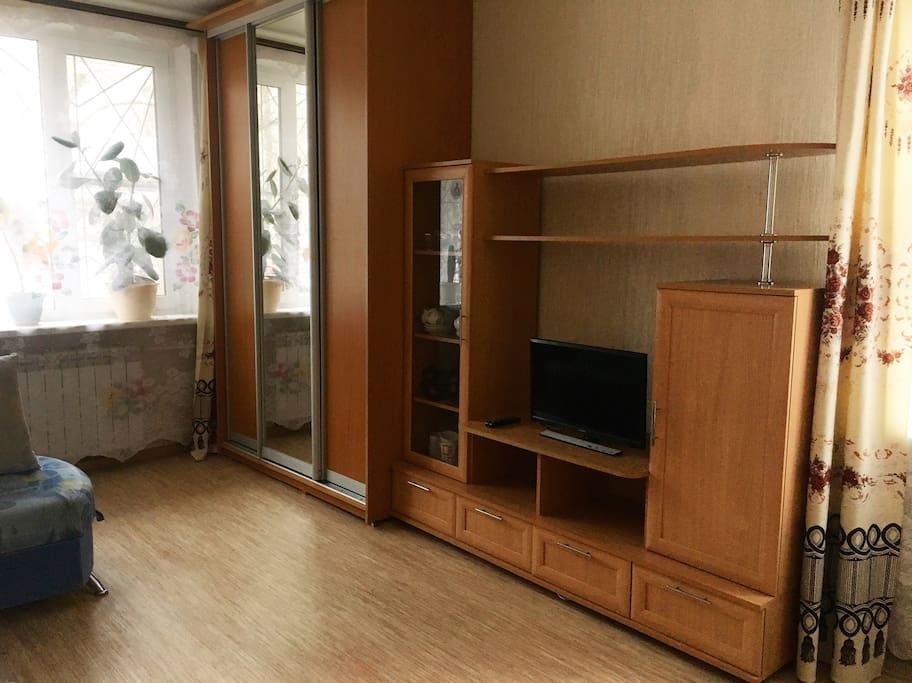 большой шкаф-купе и сервант, телевизор