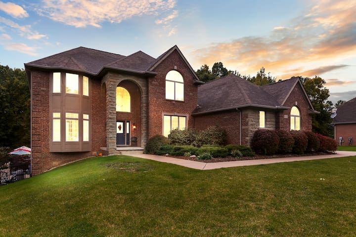 Spacious Luxury Home close to Brighton and Howell