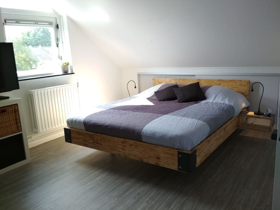 Queensize double bed (140x200)