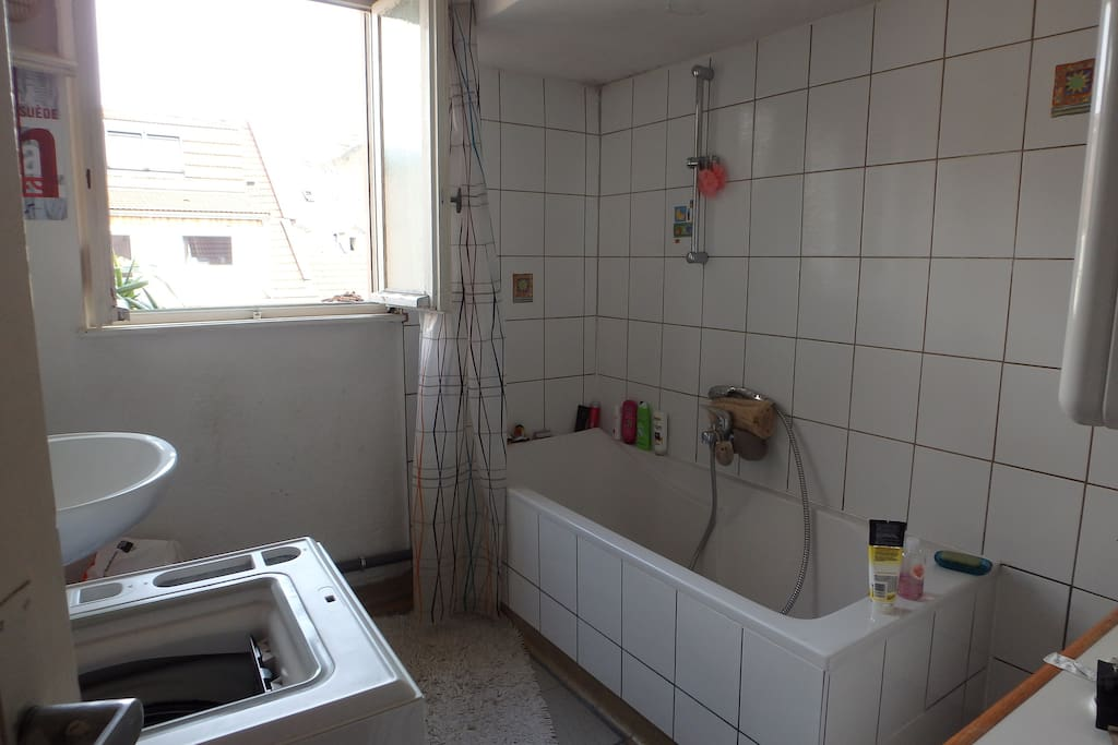 La salle de bain (toilettes séparées)