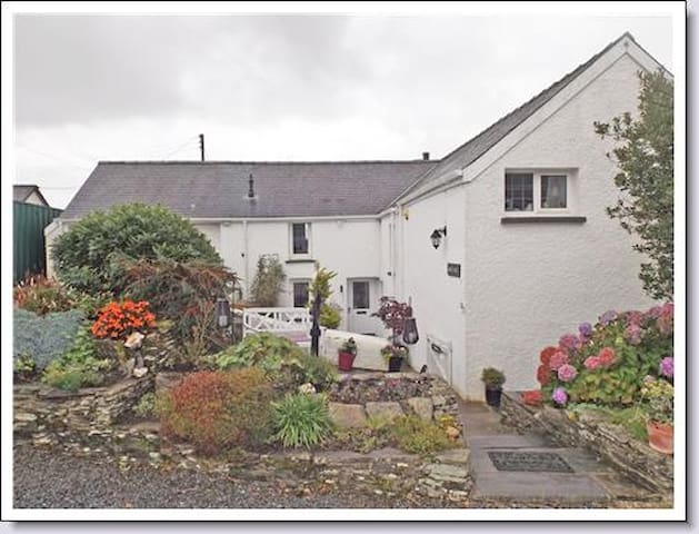 Romantic, secluded Welsh Cottage, mountain views