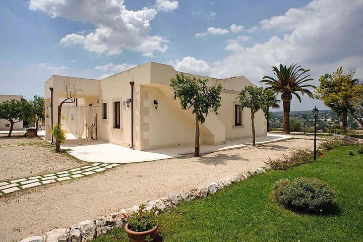Ancient countryside residence with pool, in the heart of the Baroque Sicily.
