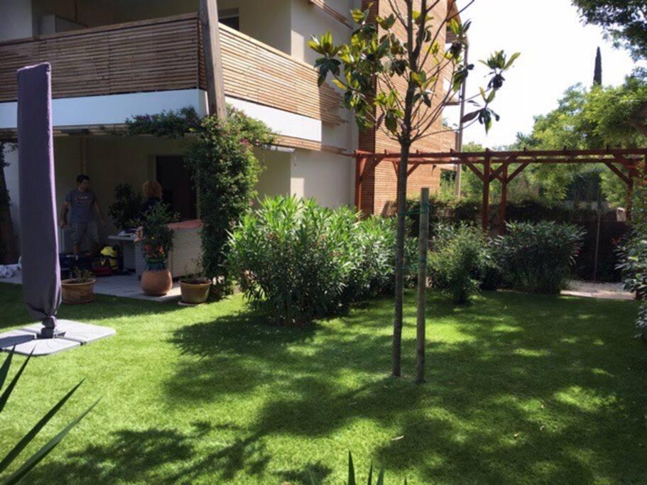 Jardin paysagé 200m2 et  terrasse couverte de 15 M2