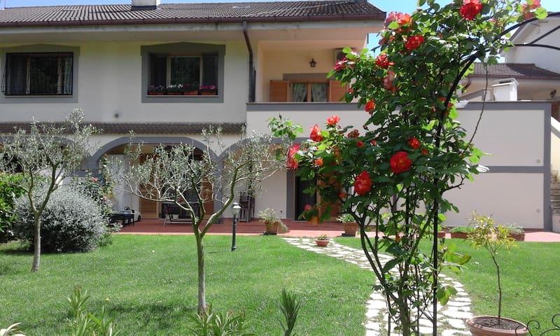 La casa delle rose a via delle rose - Bracciano - Departamento