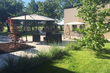Villa immersa nel verde con camera padronale - Calderara di Reno