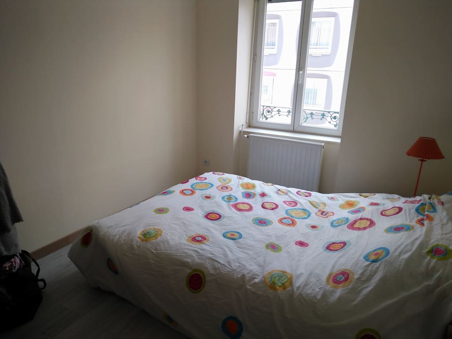 Chambre avec penderie et commode / Bedroom with dressing