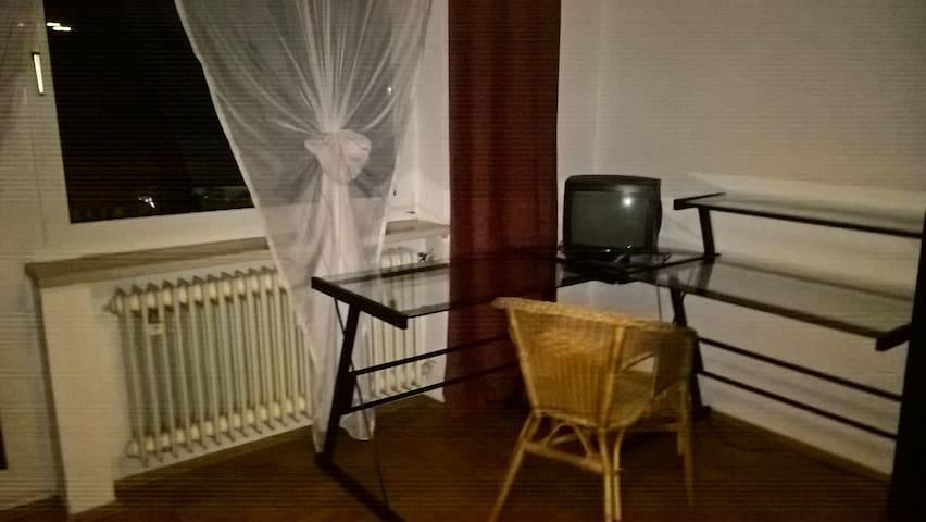 Gästezimmer mit Balkonzugang - Oberding - Apartment
