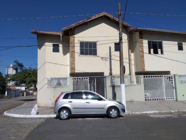 Sobrado  bairro Guilhermina,   2 quadras da praia.