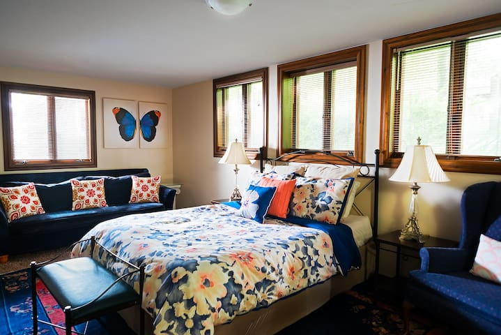 Garden Suite - Cozy Room with Kitchenette, Near KU