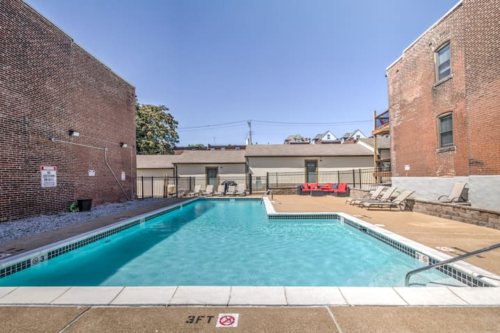 D-Square Condo ->POOL OPEN <- Tower Grove