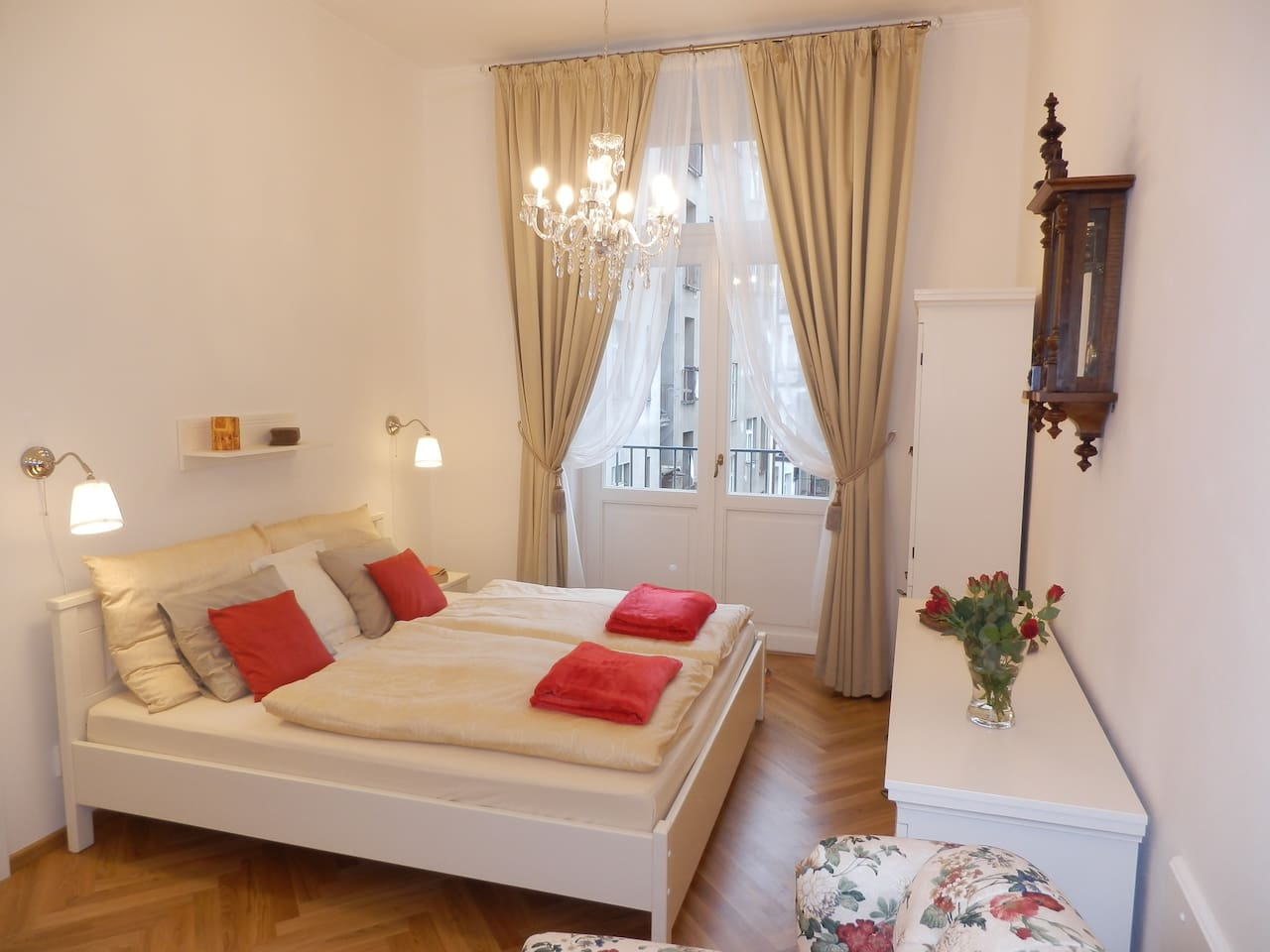quiet living/bed room (facing courtyard), king size bed (180x200cm/6x6.5feet)