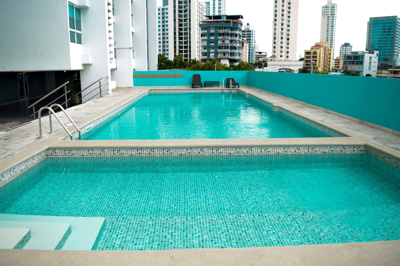 Pool / Piscina Lo suficiente larga para hacer ejercicio o para esparcimiento. Area para niños