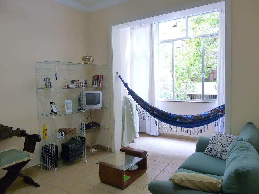 """Sala - onde coloca-se o colchão, arrastando a mesa de centro pro lado (transformando o ambiente em um """"quarto"""")"""