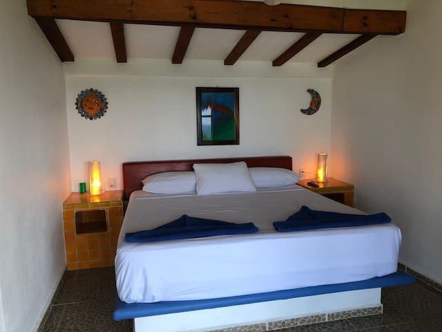 Habitación con cama KS, baño privado y ventilador
