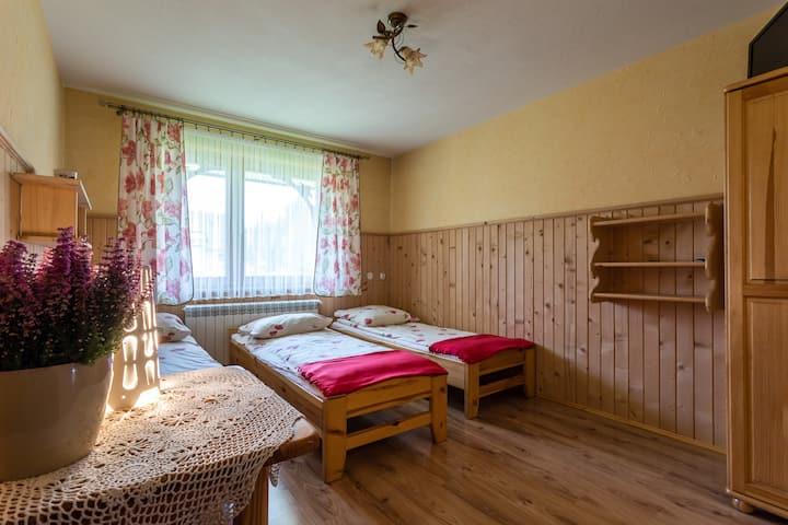 Pokój 3-os z  podwójnym łóżkiem, balkonem,  (BB)