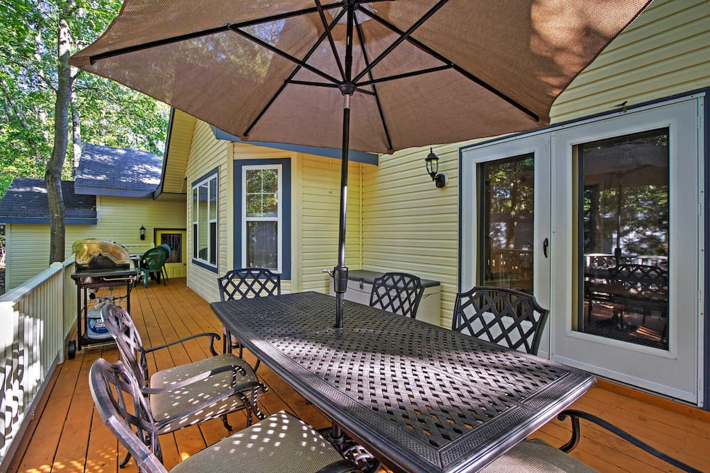 Dine al fresco under the stars at this home for 12!