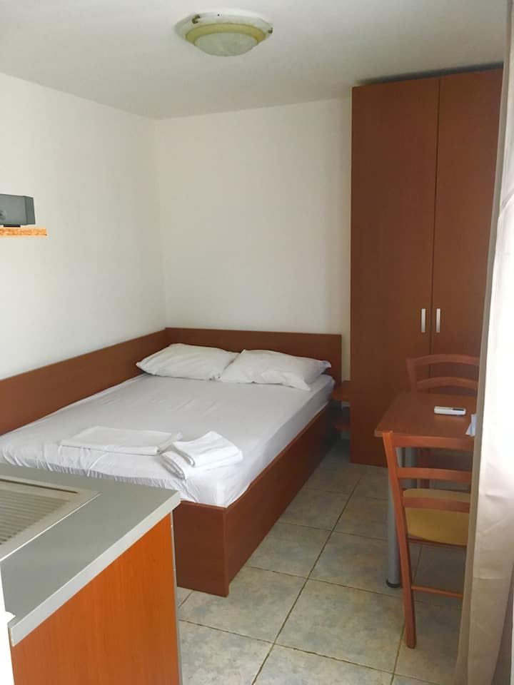 Room, 5m from city center, beachfront in Jakisnica