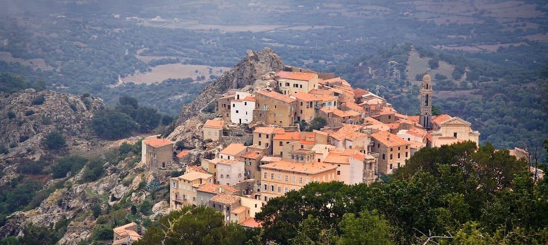 Le village de Spéloncato accroché sur son rocher domine la plaine le lac et la mer