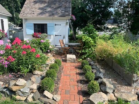 Beautiful, Quaint Private Garden Cottage.