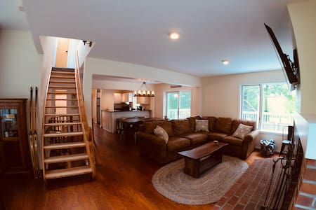 Renovated Ski in/out 3+ bedroom Townhouse