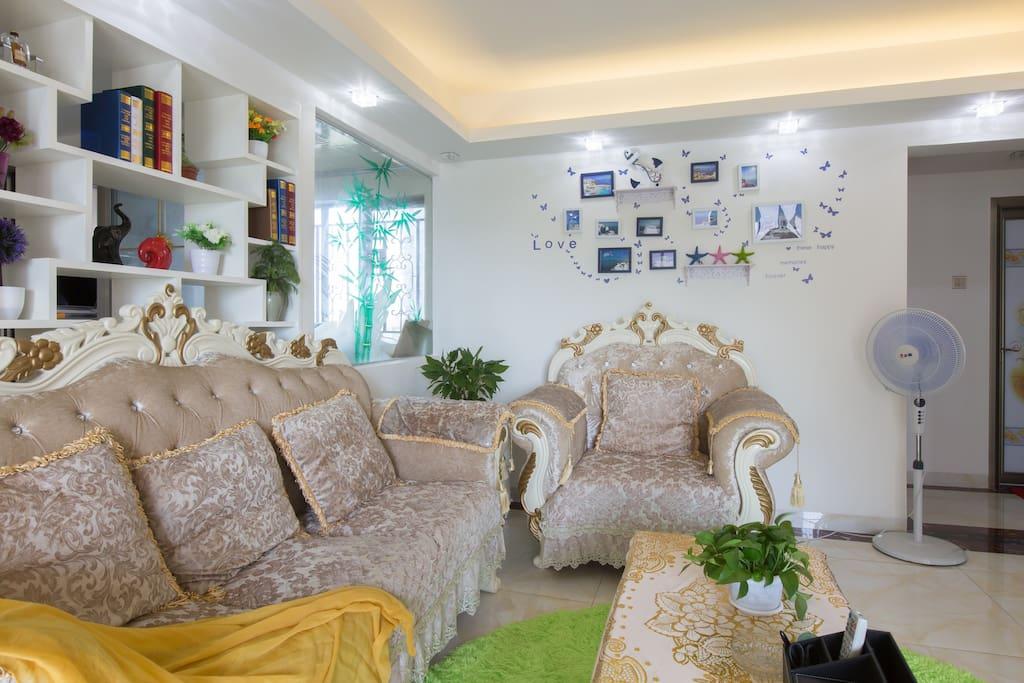 宽敞的客厅、欧式宫廷风格高档沙发