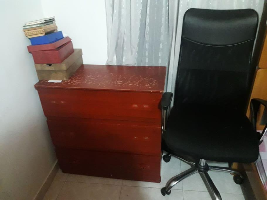 This is one optional space to work but you can use our desk downstairs or the living room. Este es un espacio para trabajat, sin embargo puedes usar el comedor o nuestro escritorio