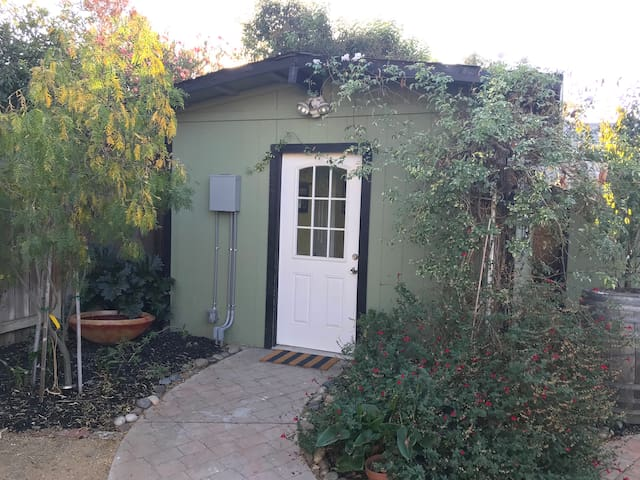 Cozy, sunny, private cottage in Livermore