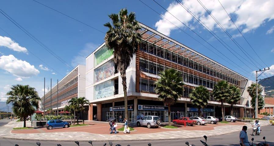 Centro Empresarial Olaya Herrera ubicado a 0.75 km de distancia.