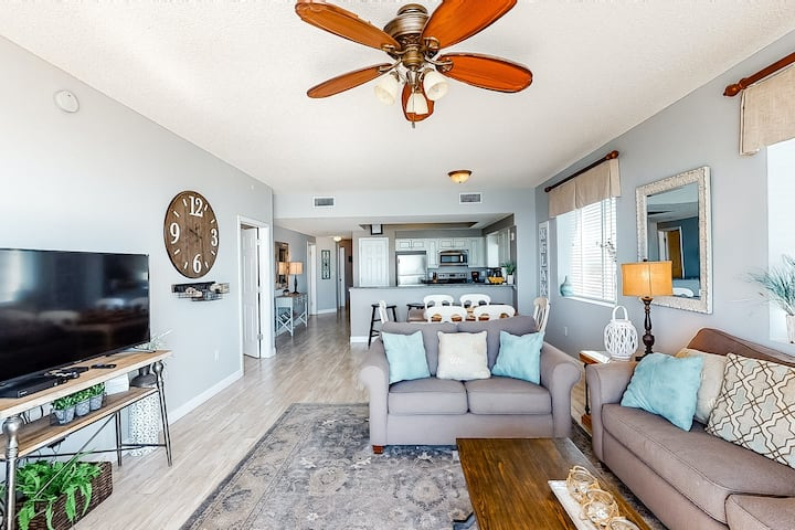 8th Floor Comfortable gulf view Condo, Steps to beach, Shopping & dining nearby