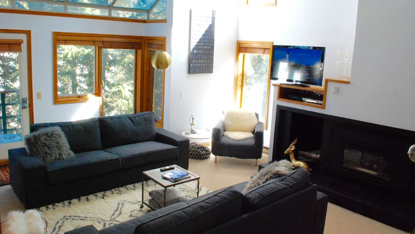 On the Slopes in 5 minutes! Spacious and Cozy 2BR