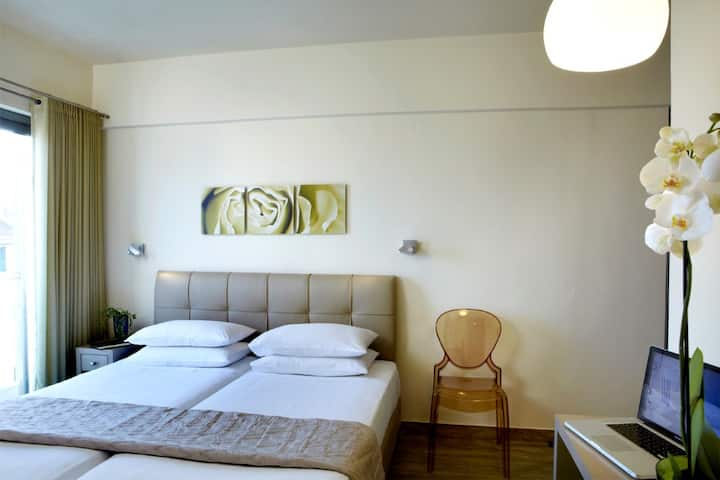 Two Bedroom Suite with Breakfast*Non Smoking*WiFi!