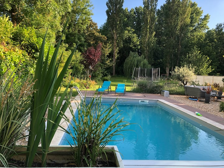 Countryside room with pool. 50 km from Paris.