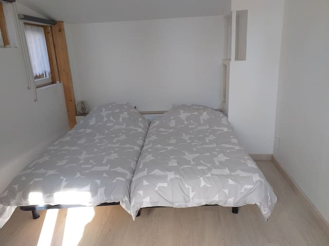 Chambre lit 2 personnes, lit joignables ( 90+90 cm) . 1er étage. Calme. Bureau et armoire.