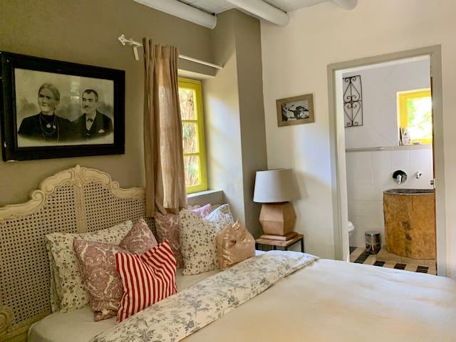 Jasmin cottage - from bedroom to bathroom