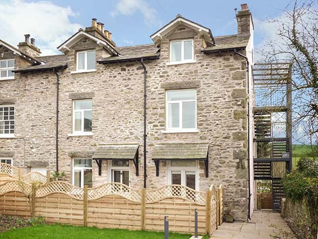 CROOKLANDS HOUSE 2, family friendly in Crooklands, Ref 939435