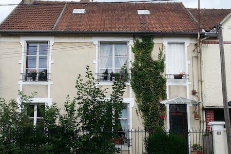 A louer chambre  dans une maison centre ville - Chantilly