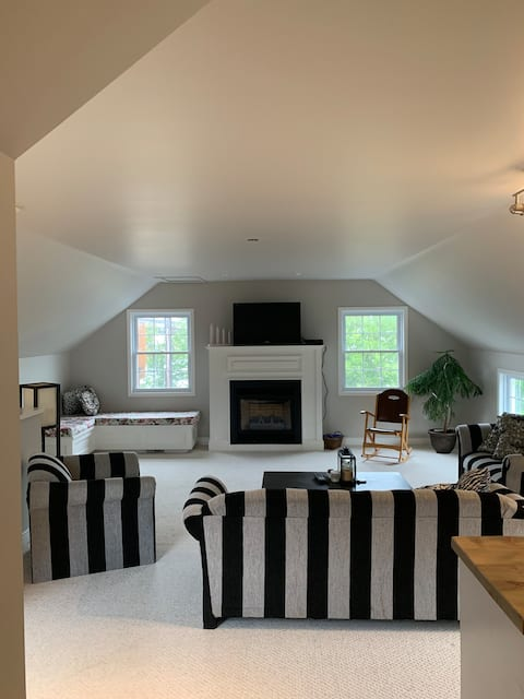 LOVELY SPACIOUS INTOWN MUSKOKA SUITE