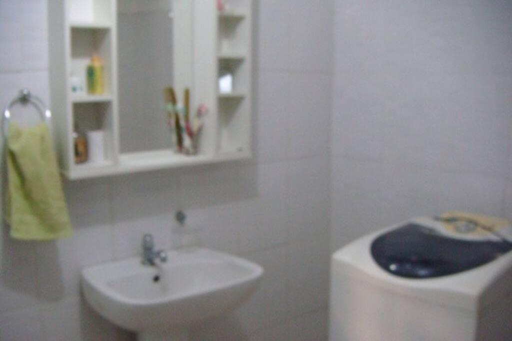 Banheiro com máquina de lavar roupa.