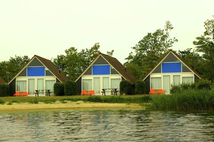 Vrijstaande bungalow aan het strandje met direct zicht op het Lauwersmeer naast zeil- en surfschool
