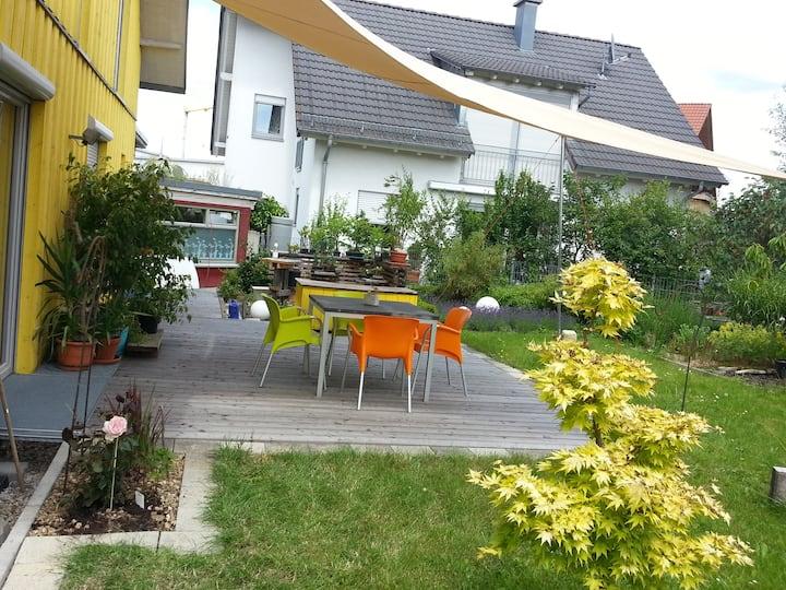 Helles attraktives Zimmer Garten/Terrassennutzung.