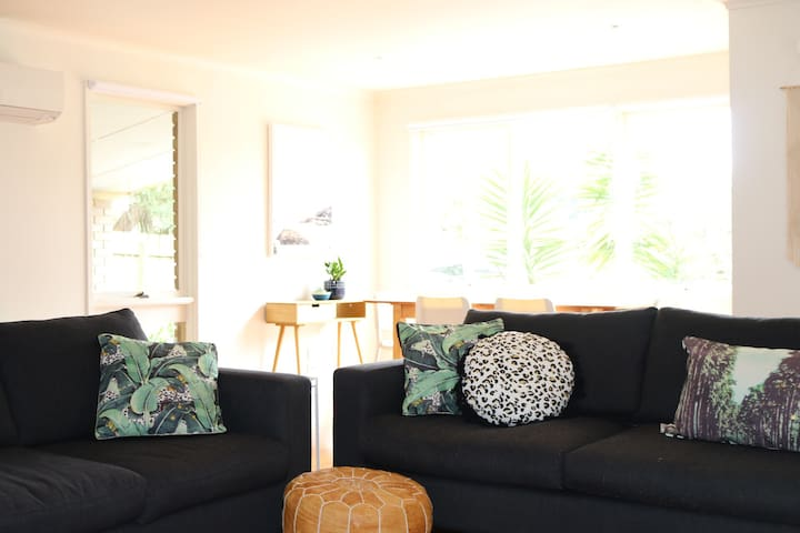 LUXE COASTAL RETREAT -central to beach & wineries