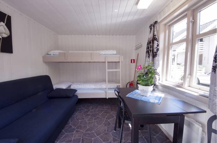 Privat rom nær fine omgivelser på campingplass.