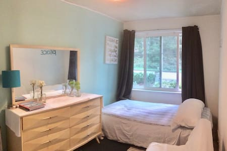NO CLEAN FEE 15 min Downtown Updated Cozy Bedroom