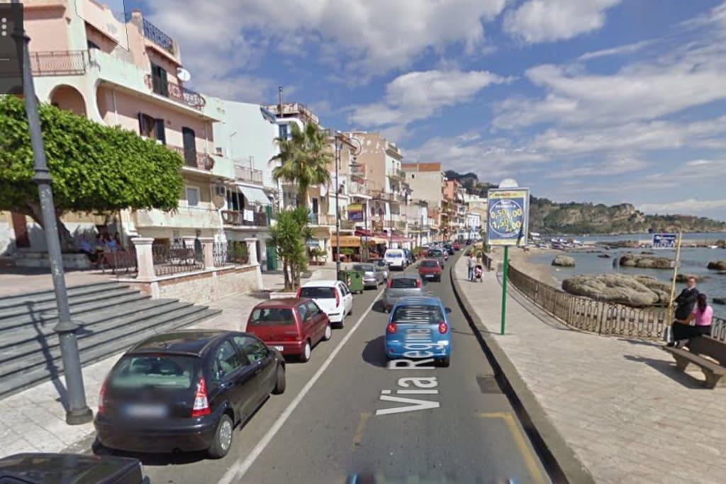 Attraversa la strada e sei in spiaggia. Fermata autobus , ogni 20 minuti un bus per Taormina (10 minuti) Catania o Messina.