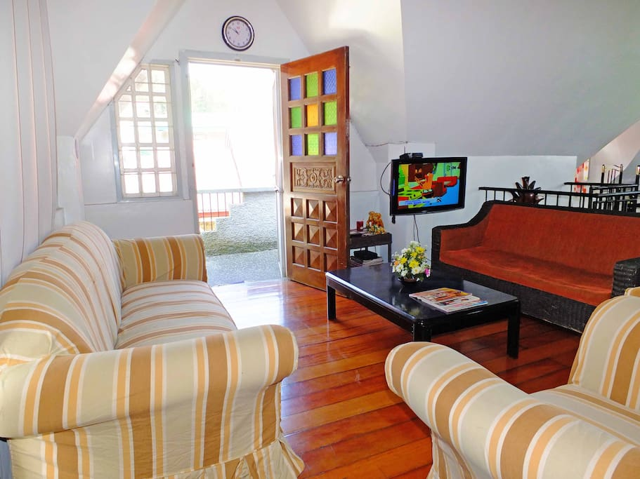 Lounge area with flat panel cable TV & fast wifi.